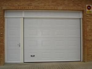 Puerta seccionl garaje cerrada
