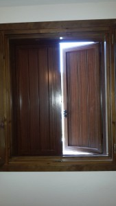 Contraventano ventana abierto
