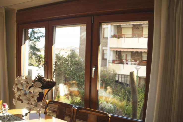 Montaje de ventanas de pvc archivos montajes de aluminio dg for Ventanas en madera para interiores
